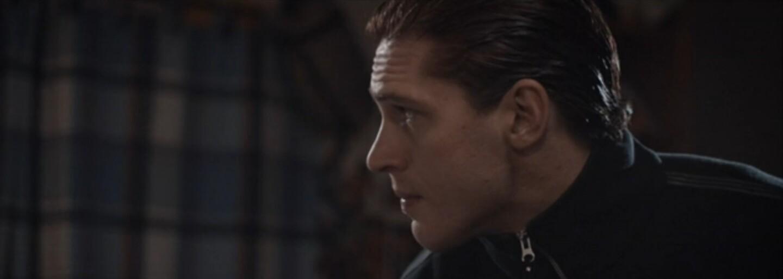Nahý Tom Hardy vychováva i trýzni vlastnú krv v role staršieho šialeného brata (Tip na film)