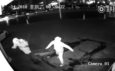 Najbizarnejší pokus o krádež v histórii? Zlodej pri snahe rozbiť výklad trafil tehlou svojho komplica, ktorý upadol do bezvedomia