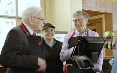 Najbohatší muži sveta Bill Gates a Warren Buffett si vyskúšali prácu vo fastfoode