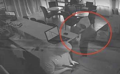 Najhorší slovenský zlodej? Video zaznamenáva neúspešnú lúpež, po ktorej páchateľ utekal kade ľahšie