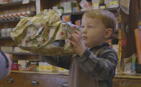 Najkrajšia reklama týchto Vianoc stála len približne 120 eur. Malý chlapec v nej balí darčeky a pomáha s účtovníctvom