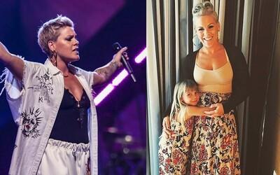 Najkrajšou ženou roka 2018 sa stala speváčka Pink. Magazín People ju na obálke zachytil aj s dvomi deťmi