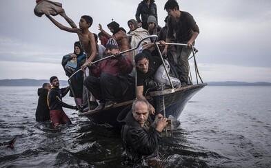Nejlepší fotografie roku 2015 odkrývají příběhy ukryté před světem. Vítězem se stala dojemná momentka z hranic