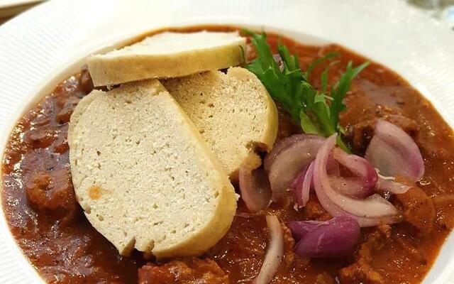 Najlepšie vegánske bistro v Bratislave otvorilo nové priestory a do menu pridalo vyprážaný syr, pizzu či kari