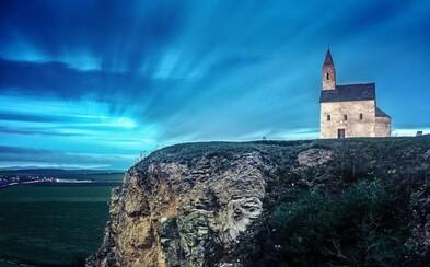 Najmalebnejší kostol na Slovensku vyzerá ako z rozprávky. Postavený bol pri desiatkach hrobov a dominuje celej krajine