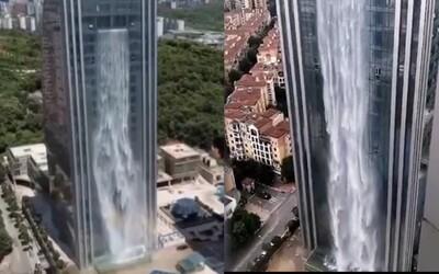 Najnovšou atrakciou v Číne je vodopád na mrakodrape vysokom cez 100 metrov. Zapínajú ho priamo v srdci finančnej štvrte