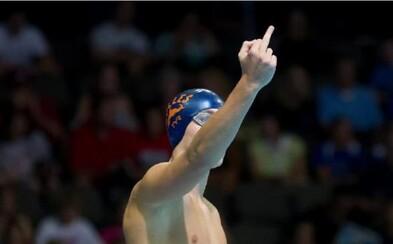Najodvážnejší rituál športovca všetkých čias? Kanadský plavec ukazuje svojmu otcovi vztýčený prostredník