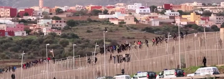 Najopevnenejšia európska hranica je v Afrike. Vysoké ploty s ostnatým drôtom sa snažia prekonať desiatky ľudí