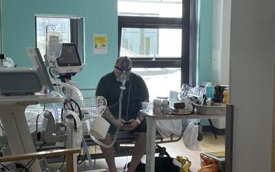 """Najprv bojoval proti očkovaniu, teraz bojuje o život. """"Ak by som mohol vrátiť čas, vrátil by som,"""" tvrdí 34-ročný muž z Anglicka"""