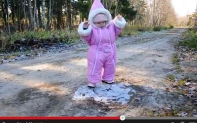 Najroztomilejšie video, aké si tento mesiac videl. Bábo a jeho prvý kontakt s ľadom