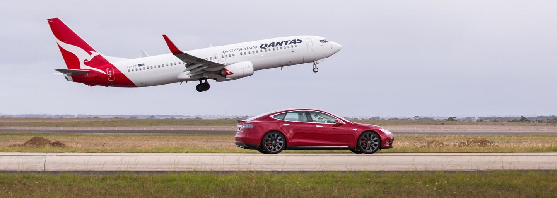 Nejsilnější Tesla si to rozdala s obrovským Boeingem na letišti. Jak to dopadlo?