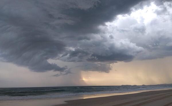Najskôr ohneň, teraz hrozia záplavy. Cez austrálsky východ prejdú cez víkend silné búrky