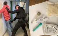 Najskôr v kaviarni hrdo vykrikoval, že má pri sebe drogy, o chvíľu ho spútali policajti