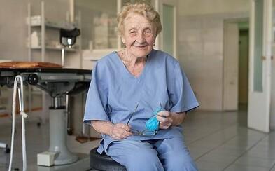 Nejstarší ruská chirurgyně má 88 let, i přesto provede více než 100 operací ročně