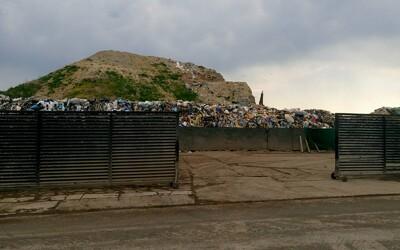 Najväčšia kopa odpadu v Bratislave je ilegálna. Čierne skládky však ľudia tvoria na každom rohu