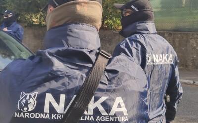 NAKA obvinila dvoch mužov, ktorí sa pokúsili podplatiť štátneho tajomníka za OĽaNO. Ponúkali mu 60-tisíc eur