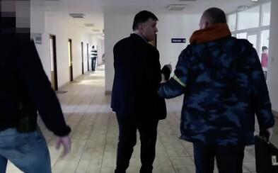 NAKA zadržala generálneho riaditeľa popradskej nemocnice. Odviedli ho na výsluch priamo z porady