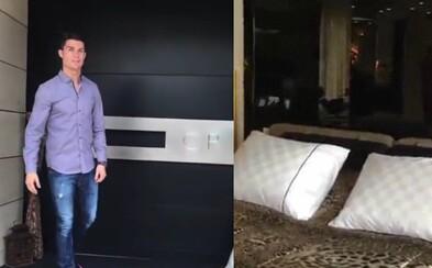 Nahlédni do luxusního příbytku Cristiana Ronalda. Fotbalista ukázal i ložnici, kde tráví téměř polovinu dne