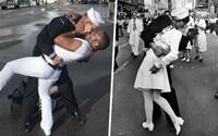 Námorník pretvoril ikonickú fotografiu z vojny so svojím manželom. Oslavovali návrat z vojenskej misie