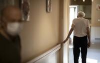 Napadení v domově důchodců. Senior zlomil spolubydlícímu ruku vycházkovou holí