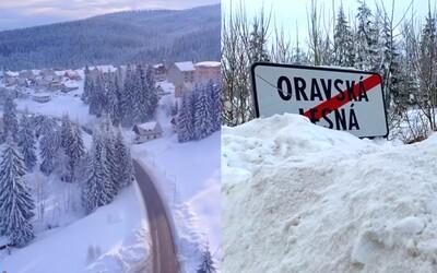 Napadlo tam aj 100 centimetrov snehu. Slovák zachytil Oravskú Lesnú počas snehovej kalamity, ktorú však miestni vnímali s úsmevom
