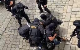 """Nejprve křičel """"Allahu Akbar"""" a provokoval policisty, pak naříkal bolestí. Prohlédni si celý zásah proti ozbrojenému muži"""