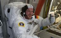 Náraz meteoritu vytvořil v ISS díru, tak ji astronaut zacpal prstem a přelepil lepicí páskou