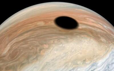 NASA na Jupiteri nafotila pozoruhodný úkaz pripomínajúci čiernu dieru