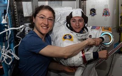 NASA poslala do otevřeného kosmu první ženský tým