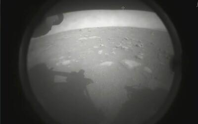 NASA úspěšně přistála na Marsu: Rover Perseverance sestoupil na rudou planetu