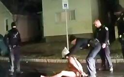 Nasadili mu pytel na hlavu a udusili jej. USA řeší další smrt černocha rukou policie
