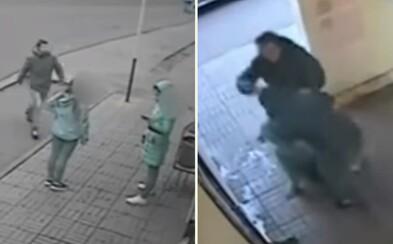 Násilník bezdôvodne zaútočil na ženu, ale dočkal sa rýchlej spravodlivosti. Presný úder do tváre od hrdinu z autobusu zachránil situáciu