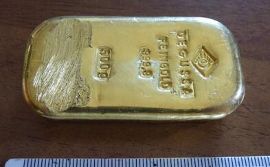 Našla v jazere zlatú tehličku, odovzdala ju polícii, ale nakoniec si ju môže nechať! Nemeckej tínedžerke sa poctivosť vyplatila
