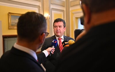 Nastal čas zrušit hromadné akce, říká ministr vnitra Hamáček. Čísla nakažených jsou prý strašlivá