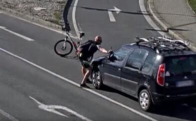 Nasupený cyklista v Ostravě utrhl troubícímu řidiči stěrač a rozbil mu přední sklo