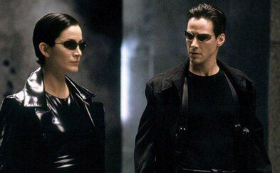 Natáčení Matrixu 4: Neo a Trinity se honí na motorce a Keanu Reeves skáče z výškové budovy jako Superman