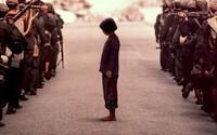 Naturalistická dráma First They Killed My Father od Angeliny Jolie nám ukáže šialenú genocídu v Kambodži očami malého dievčatka