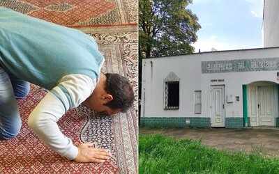 Navštívili jsme muslimy v české mešitě. Brání se extremismu a pohostí u sebe i nevěřící (Reportáž)