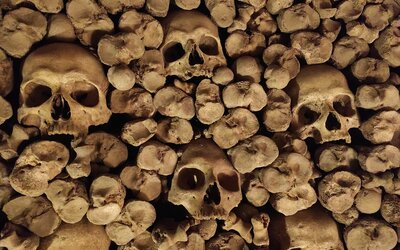Navštívili jsme podzemní říši mrtvých s tisíci lidských kostí. Archeologové ji objevili náhodou (Reportáž)