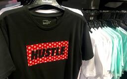 Navštívili sme predajne fast-fashion reťazcov v Bratislave. Kópie luxusných značiek sú na každom rohu