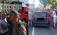 NAŽIVO: Demonštranti sú násilní, polícia ich vraj nevie rozoznať od turistov (+foto a video)