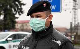 NAŽIVO: Na Slovensku je 32 nakazených, niektoré obchody rozdali zamestnancom rúška