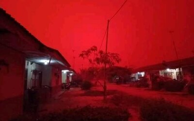 Nebe v Indonésii se zbarvilo do červena. Mohou za to rozsáhlé lesní požáry
