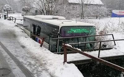 Nebezpečná nehoda pri Kremnici: Autobus skončil v potoku, hasiči vytiahli z vozidla 2 zranených