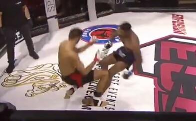 Nečekané zakončení v MMA, zápasníci se navzájem knokautovali. Jednoho z nich museli probírat zdravotníci
