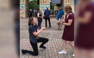 Nečekaně požádala přítelkyni o ruku tam, kde měly první rande. Ta měla v plánu to samé