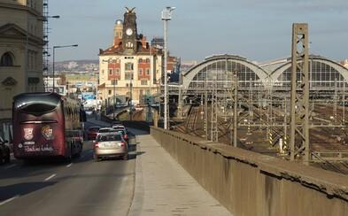 """Nechvalně proslulý """"chodníček smrti"""" v Praze u hlavního nádraží je pryč. Nahradil ho bezpečnější a širší"""