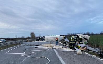 Neďaleko Bratislavy sa prevrátil kamión, nehoda komplikuje dopravu po celom hlavnom meste