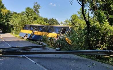 Neďaleko Trnavy havaroval autobus. Skončil v priekope a poškodené zvodidlá zablokovali hlavnú cestu