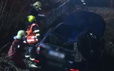 Nehoda Úvaly: Auto skončilo v potoce, jeden z cestujících zemřel